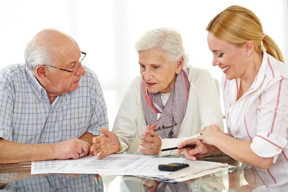 Пенсионеры обсуждают условия кредитования в банке