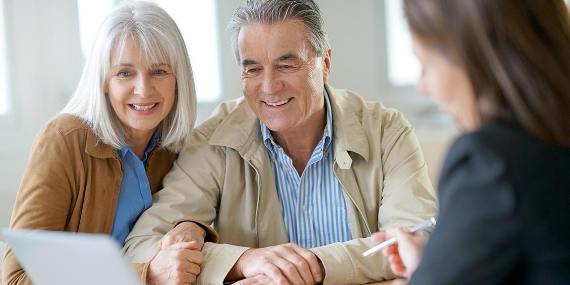 Пожилая пара смотрит на документ