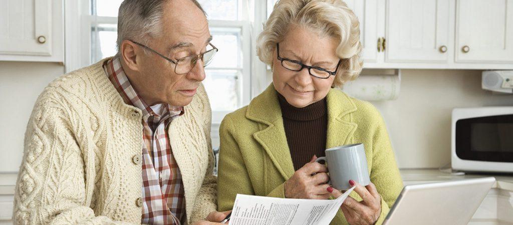 Пожилая пара выбирает кредитную программу